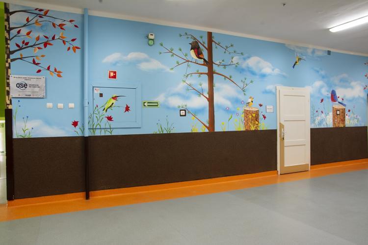 dekoracja-szkolnego-korytarza-malowidlo-lesne-prac-1