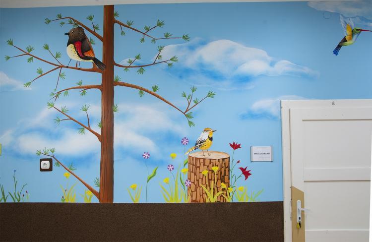 dekoracja-szkolnego-korytarza-malowidlo-lesne-prac-2