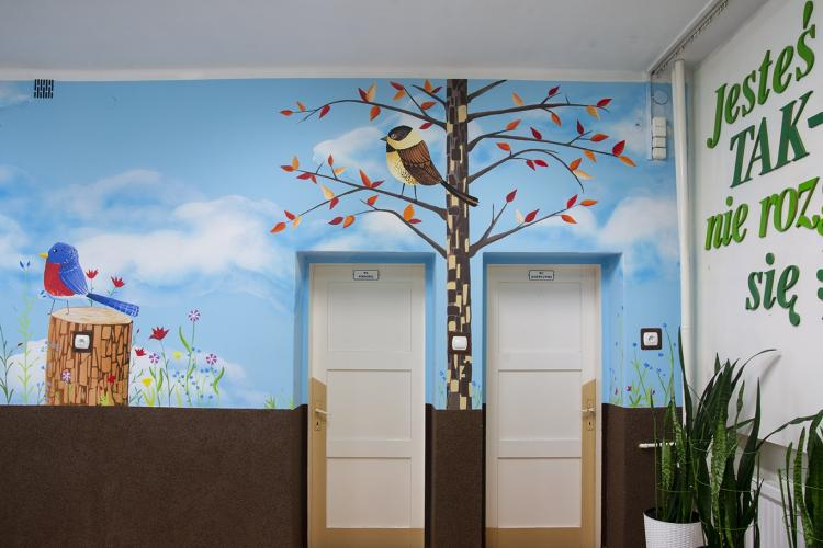 dekoracja-szkolnego-korytarza-malowidlo-lesne-prac-3