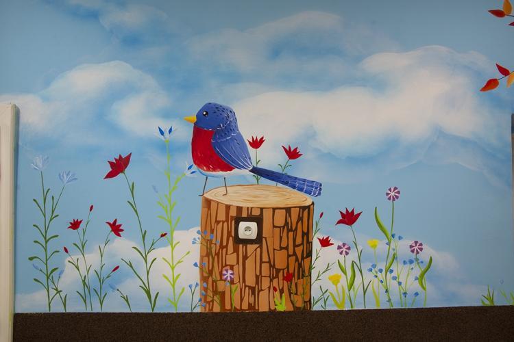 dekoracja-szkolnego-korytarza-malowidlo-lesne-prac-4