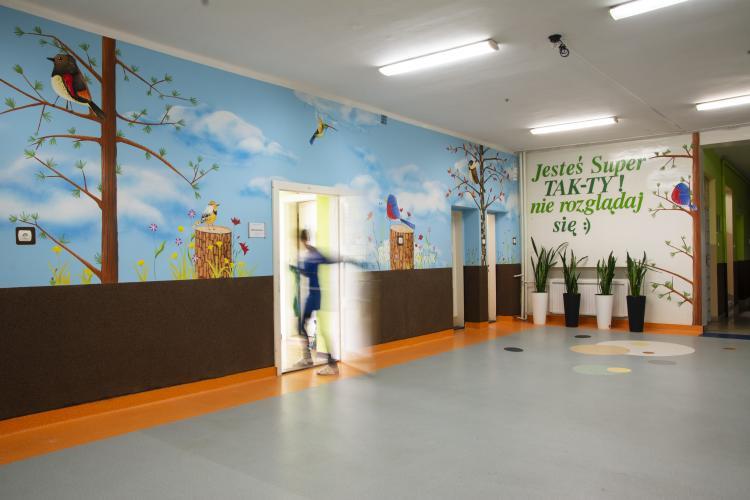 dekoracja-szkolnego-korytarza-malowidlo-lesne-prac-5