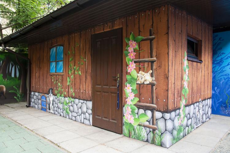 domek-malowany-ciekawa-dekoracja-fasady-przedszkola